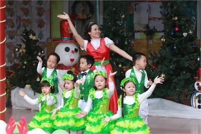 Tiệc mừng Giáng Sinh rực rỡ cho các bé
